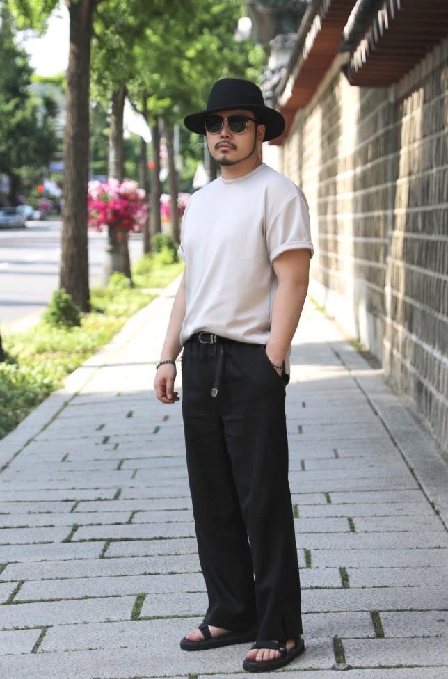 02d72783344 구르카 팬츠 배바지 코디. 다양한 실루엣으로 출시되어 시원함과 함께 편안한 활동성으로 여름철 멋내기 좋은 패션 아이템인 남자 와이드 팬츠 !