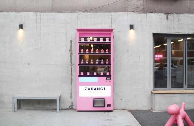 想要吃到美食,那就要先找到入口才可以吃得到哦!韩国这3间隐藏入口的餐厅,您猜得出哪一个才是入口吗?